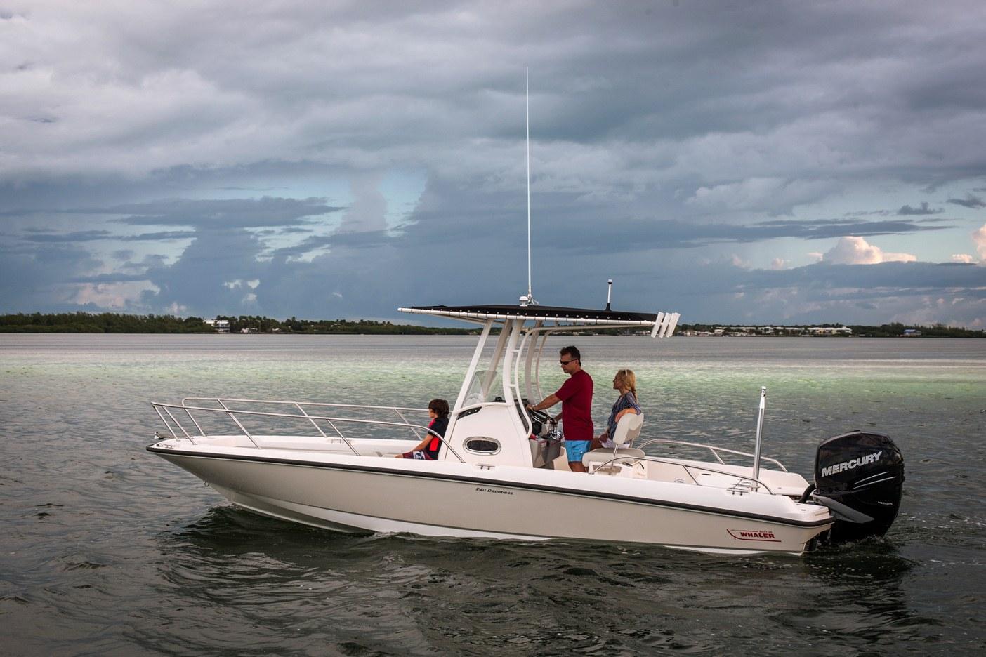 240 Dauntless Boat Model | Boston Whaler