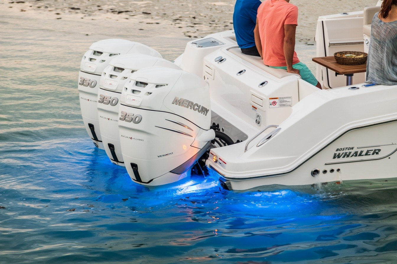 350 Realm Boat Model | Boston Whaler